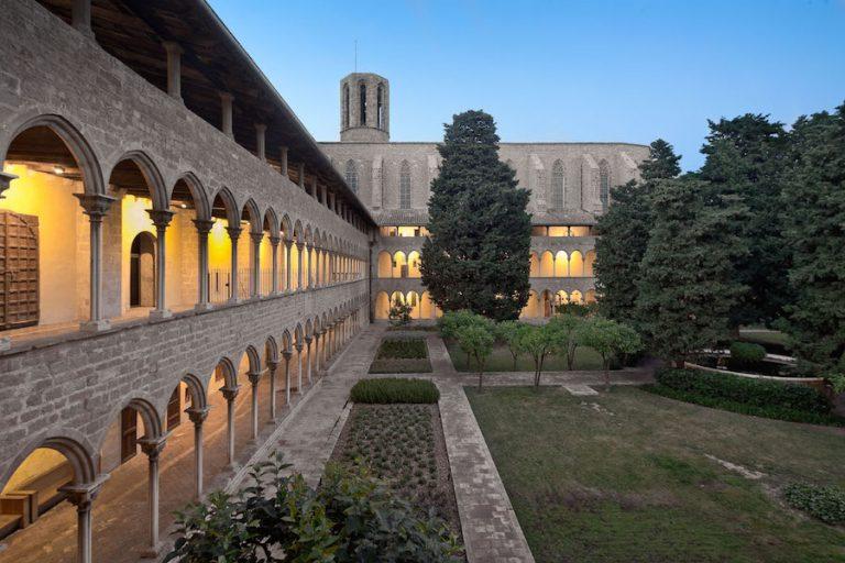 El impresionante Museo Monasterio de Pedralbes en Barcelona con luces